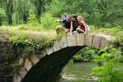 Kleine Familie auf einer Brücke Stockbilder