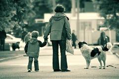 Kleine familie in de grote stad royalty-vrije stock afbeelding