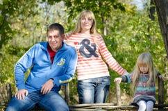 Kleine Familie die Pose nemen bij de Tuinomheining Royalty-vrije Stock Foto's