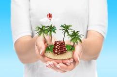 Kleine fantastische Insel mit Palmen und Koffer Lizenzfreie Stockfotos