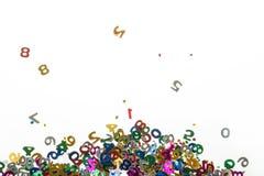 Kleine Farbe nummeriert Konfettis auf Weiß Stockbild