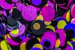 Kleine farbige Kreise nageln Kunst und Erweiterungen unter dem Gel Stockfotografie