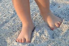 Kleine Füße im Sand Stockbild