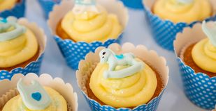 Kleine Fee Cupcakes op vertoning voor catering stock afbeelding