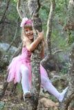 Kleine feenhafte Ballerina, die in einem Wald spielt Lizenzfreies Stockfoto
