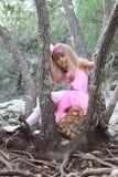 Kleine feenhafte Ballerina in einem Wald Lizenzfreies Stockfoto