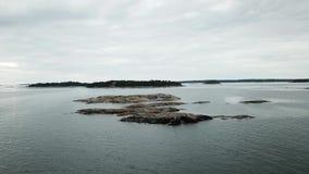 Kleine Felsen gelegt hier in Archipel von Finnland stock video footage