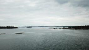 Kleine Felsen gelegt hier in Archipel von Finnland stock video