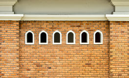 Kleine Fenster auf Backsteinmauer Lizenzfreies Stockbild