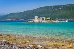 Kleine Festung Mirista auf der Insel in Türkis Adria-Bucht Lizenzfreie Stockfotografie