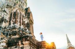 Kleine Figürchen des Frauenreisenden auf enormer alter Ruinen Autthaya-Stadt, Thailand lizenzfreies stockbild