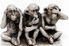 Kleine Figürchen mit drei klugen Affen lokalisiert Stockbild