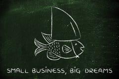 Kleine Fische, die eine gefälschte Haifischflosse, Konzept des Habens des großen Traums tragen Stockbild