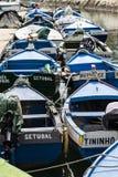 Kleine Fischerboote festgemacht im Hafen stockfoto