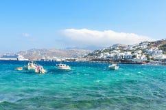 Kleine Fischerboote und traditionelle Häuser im Hintergrund in der berühmten Mykonos-Insel Lizenzfreies Stockbild