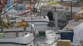 Kleine Fischereifahrzeuge im Hafen stock video