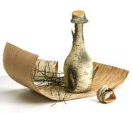 Kleine Flasche der Birkenrinde auf Birkenrinde, weißer Hintergrund Stockbilder
