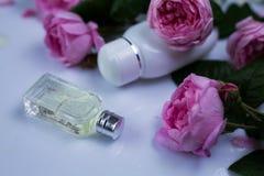 Kleine Flasche Parfüme mit Blumen stockfoto