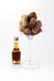 Kleine Flasche und ein Glas Stockfoto