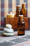 Kleine fles met etherische olie Aromatherapy, kuuroord en kruidengeneeskundeconcept stock foto