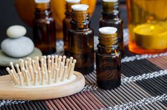 Kleine fles met etherische olie en houten haarborstel Aromatherapy, kuuroord en kruidengeneeskundeconcept royalty-vrije stock foto's