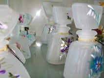 Kleine flessen artistiek glas voor parfums en essentie stock afbeeldingen