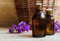 Kleine flessen etherische olie Stock Afbeelding
