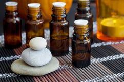Kleine flessen met etherische oli?n Aromatherapy, kuuroord en kruidengeneeskundeconcept stock fotografie