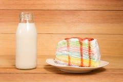 Kleine flessen van melk en cake Stock Afbeelding