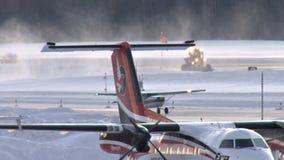 Kleine Flugzeuge auf schneebedeckter Rollbahn stock footage