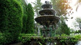 Kleine fontein in het midden van het groene park royalty-vrije stock afbeeldingen