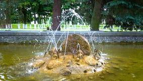 Kleine fontein in het park stock footage