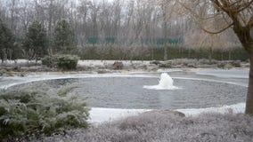 Kleine fontein in Mezhyhirya in Januari 2015 stock footage