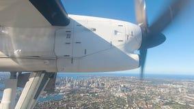 Kleine forenzenvliegtuigen op benadering van Sydney Airport met zich landingsgestel het uitbreiden stock video