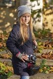 Kleine fotograaf in een de herfstpark royalty-vrije stock foto's
