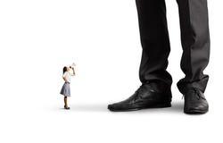 Kleine Frau, die am großen Chef schreit Stockfotos