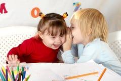 Kleine Freunde an einer Zeichnungslektion Stockfotografie