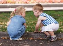 Kleine Freunde Junge und Mädchen Stockfotografie