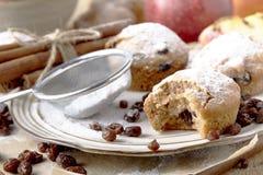 Kleine Fruchtkuchen für Weihnachtsessen Rosinenminikuchen stockfotografie