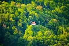Kleine Gebirgskapelle im Wald von Bayern lizenzfreies stockbild