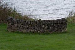 Kleine gebogene Trockenmauer Stockfotografie