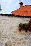 Kleine gebouwen met rode rozen op de Berici-heuvels in de provincie van Vicenza in Veneto (Italië) Stock Foto's