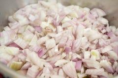 Kleine gehakte uien in een kokende pot Stock Fotografie