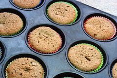 Kleine gekookte cakes in een dienblad Stock Foto's