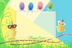 Kleine gelbe Hühner Ostereier, die auf einer Niederlassung sitzen Stockfotos