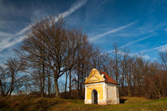 Kleine gelbe Kapelle stockbild