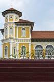 Kleine gele kasteelbehide de bakstenen muur. Royalty-vrije Stock Afbeelding
