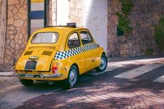 Kleine gele klassieke Italiaanse Retro taxi grappige auto, reis, reis en toerisme, Italië royalty-vrije stock foto