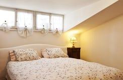 Kleine geleverde zolder, slaapkamer royalty-vrije stock afbeeldingen