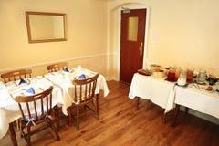 Kleine, gemütliche Gaststätte mit Nahrung auf Tabelle Lizenzfreie Stockbilder